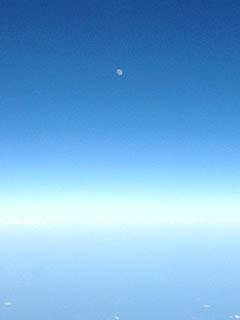 いっしょに Eastbound を飛んできた白い月